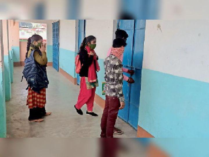 क्लास का ताला खोलते छात्र। - Dainik Bhaskar