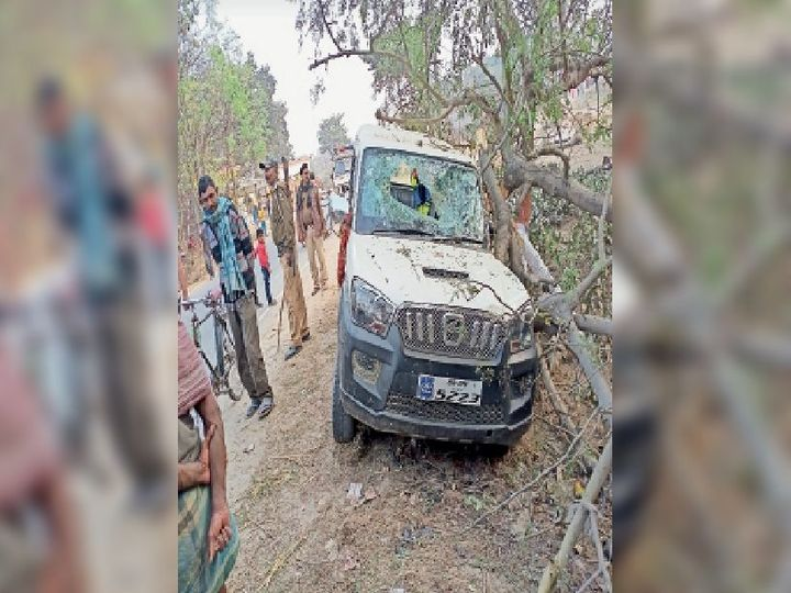 बैजनाथपुर-सोनवर्षा मार्ग स्थित दुर्घटनाग्रस्त स्कॉर्पियो। - Dainik Bhaskar