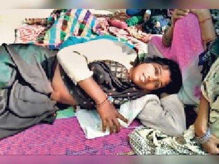 बंध्याकरण ऑपरेशन के बाद फर्श पर लेटी महिला। - Dainik Bhaskar
