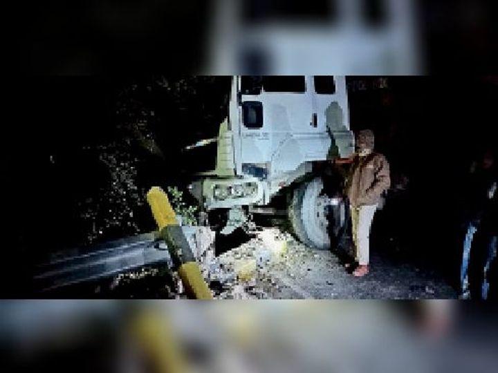 एनएच में पेड़ व पुल की रेलिंग पर लटका क्षतिग्रस्त ट्रक। - Dainik Bhaskar