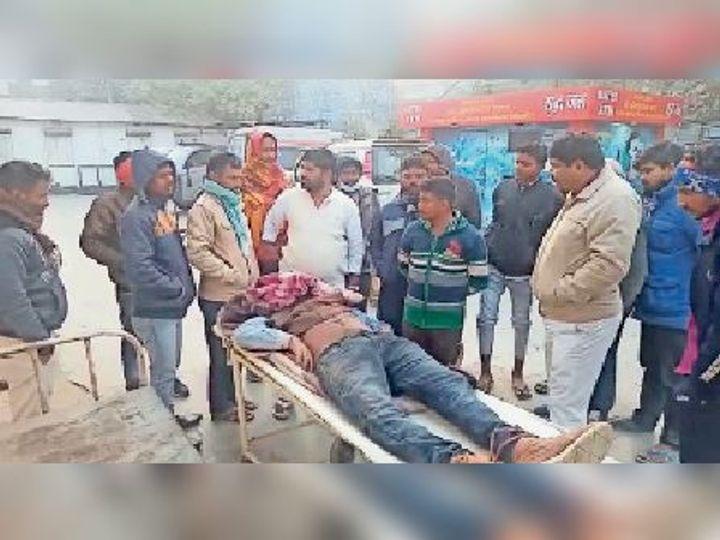 इलाज कराने के लिए घायल को अस्पताल लेकर पहुंचे ग्रामीण। - Dainik Bhaskar