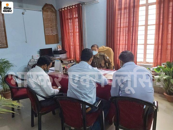 गांधी मैदान थाने में बैंक मैनेजर और अन्य स्टाफ से पूछताछ करती पुलिस। - Dainik Bhaskar