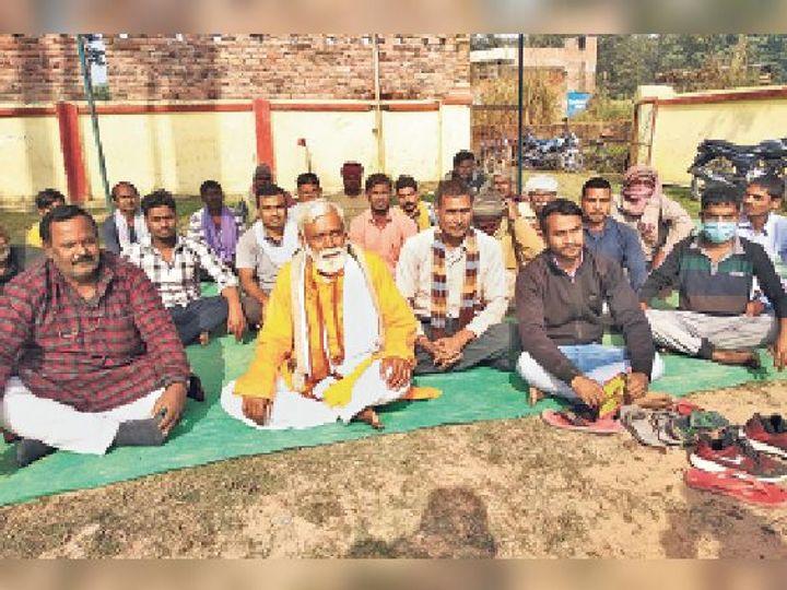 स्वास्थ्य सुविधा के लिए अनिश्चितकालीन धरने पर बैठे ग्रामीण। - Dainik Bhaskar