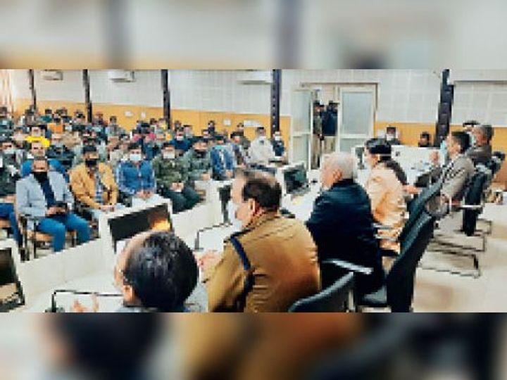 ग्राम सचिव परीक्षा की तैयारियों को लेकर आयोजित बैठक को संबोधित करते आयुक्त चंद्र शेखर, साथ हैं उपायुक्त डॉ. प्रियंका सोनी। - Dainik Bhaskar