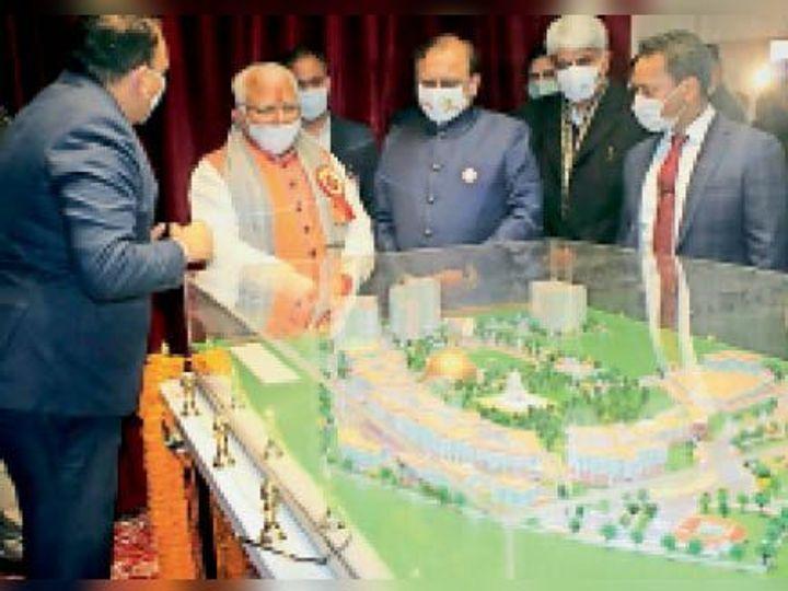 गुरूग्राम विश्वविद्यालय के नए मॉडल को देखते सीएम मनोहर लाल। - Dainik Bhaskar