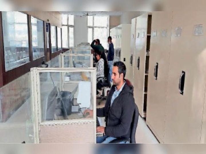 डिजिटल सेंटर में बिजली शुरू होने के बाद कार्यकर्ता ऑपरेटर। - Dainik Bhaskar