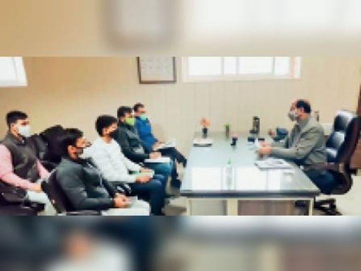 नगर परिषद/नगरपालिका अधिकारियों की मीटिंग लेते डॉ. आभीर। - Dainik Bhaskar