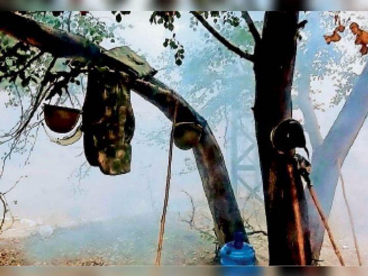 कोहरे के दौरान खेड़ा बॉर्डर पर एक पेड़ पर लटके पुलिस के हेलमेट व वर्दी। - Dainik Bhaskar