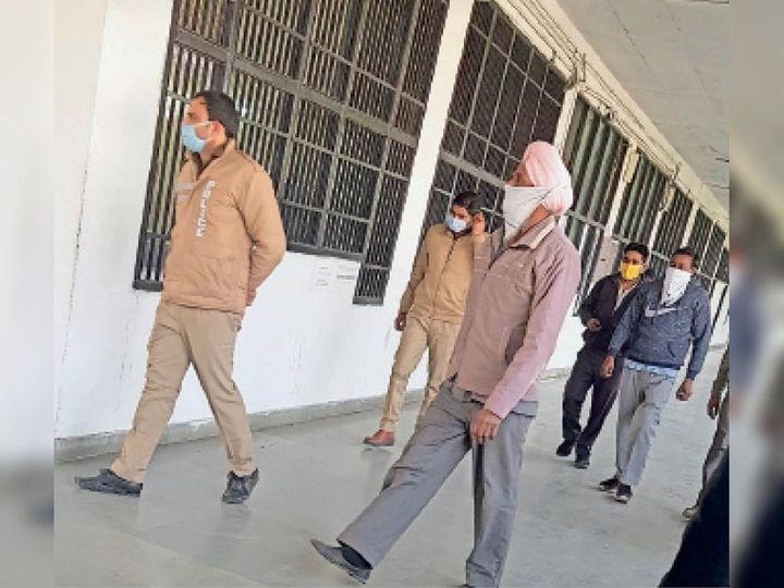 यमुनानगर| ढाबा संचालक और ट्रक ड्राइवरों को कोर्ट में पेश करने ले जाती पुलिस। - Dainik Bhaskar