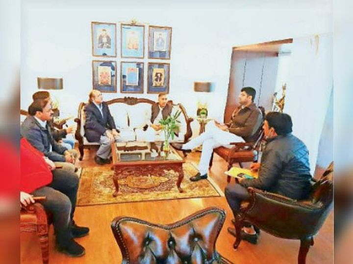 उपमुख्यमंत्री आरओबी के बारे में अधिकारियों से बात करते हए। - Dainik Bhaskar