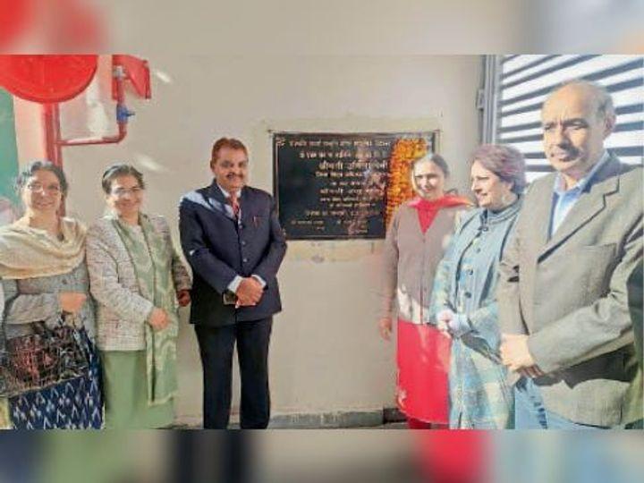 हॉल और शेड का उद्घाटन करने पहुंची जिला शिक्षा अधिकारी उर्मिल देवी। - Dainik Bhaskar