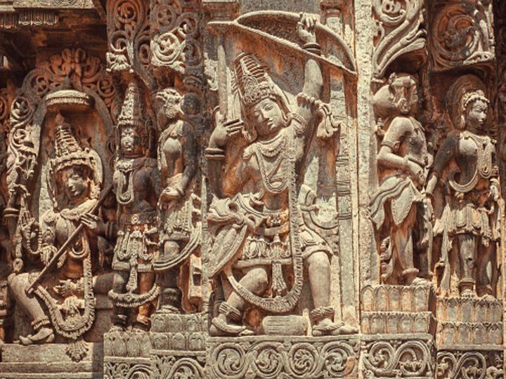कर्नाटक के हलेबिडू स्थित होयसलेश्वर मंदिर में मछली की आंख का भेदन करती अर्जुन की प्रतिमा। यह मंदिर करीब 800 साल पुराना माना जाता है। - Dainik Bhaskar