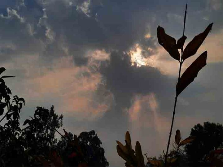 शहर में आज सुबह आकाश में बादल रहे,मौसम विभाग के अनुसार आज मौसम साफ रहेगा। फाइल फोटो - Dainik Bhaskar
