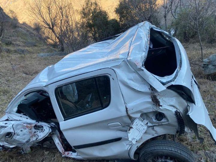 कार अनियंत्रित होकर खाई में गिर गई और बुरी तरह पिचक गई। - Dainik Bhaskar