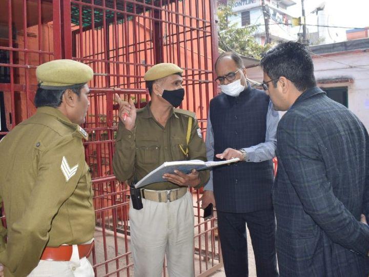 पटनासिटी उपकारा में निरीक्षण करते DM - Dainik Bhaskar