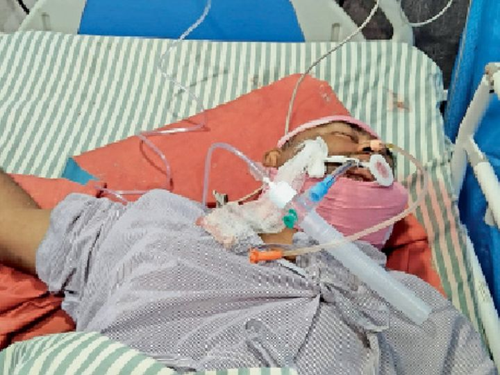 अस्पताल में इलाजरत संजय यादव। - Dainik Bhaskar