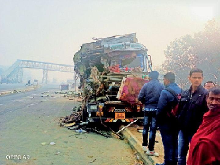 भीमपुर थाना के समीप एनएच 57 पर क्षतिग्रस्त ट्रक को देखते लोग। - Dainik Bhaskar