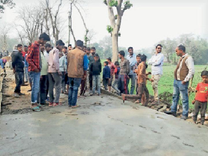 कार्यस्थल पर मौजूद ग्रामीण। - Dainik Bhaskar