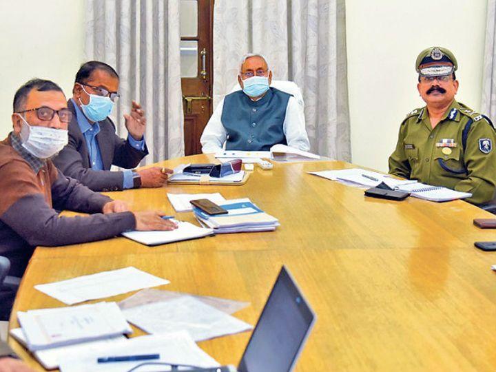 पटना में शुक्रवार को शराबबंदी की समीक्षा करते मुख्यमंत्री नीतीश कुमार। - Dainik Bhaskar