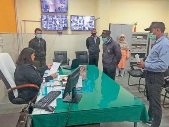 नागरिक अस्पताल की एमएस डॉ. अरुणा सांगवान अपनी वीडियो बनने के बाद सुरक्षा कर्मचारियों से जवाब तलब करते हुए। - Dainik Bhaskar