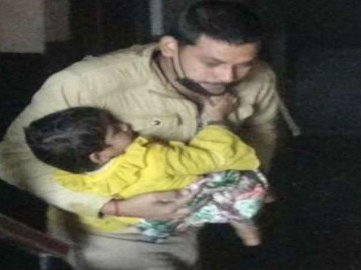 अग्निकांड के दौरान कमरे में फंसे जयप्रकाश और उनके परिवार के बच्चों और पत्नी की हालत बिगड़ गई। पुलिसकर्मियों ने साहस दिखाते हुए बच्चों को बाहर निकाला। - Dainik Bhaskar