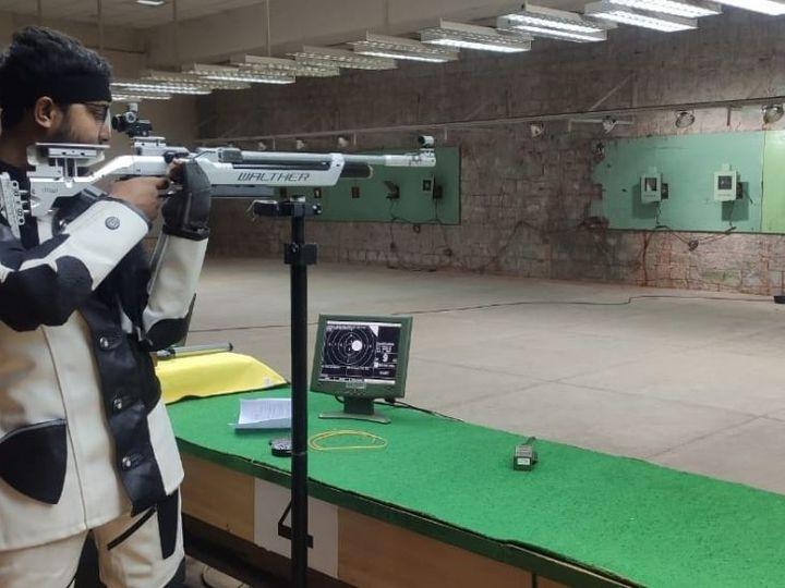 प्रतियोगिता के दौरान निशाना साधता खिलाड़ी। - Dainik Bhaskar