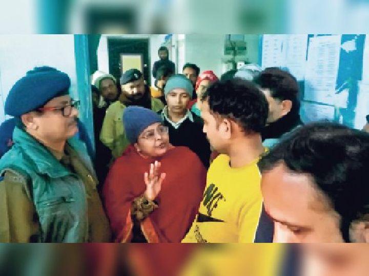 अस्पताल में आक्रोशित परिजन को समझाते थानाध्यक्ष। - Dainik Bhaskar