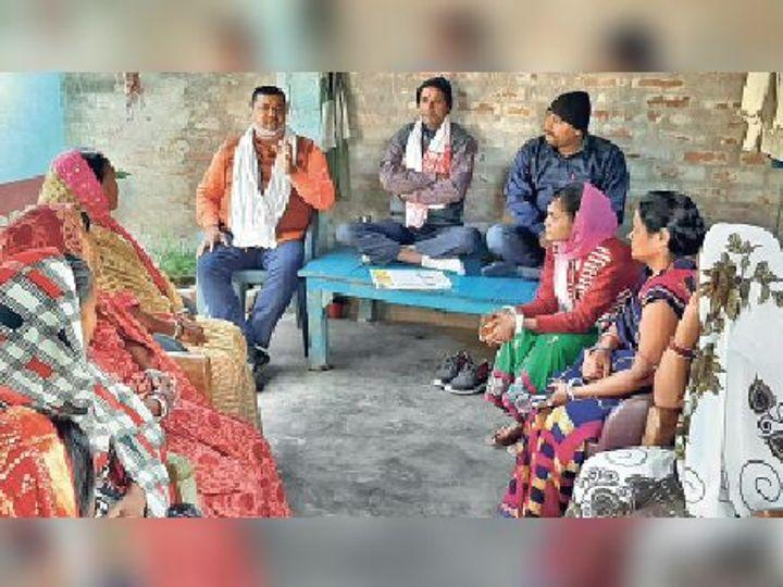 बैठक में मौजूद भाजपा किसान मोर्चा के अधिकारी एवं जीविका दीदी। - Dainik Bhaskar