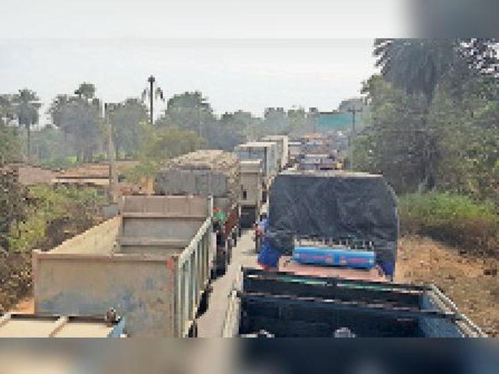 भलजोर चेक पोस्ट पर ट्रकों की लगी लंबी लाइन। - Dainik Bhaskar