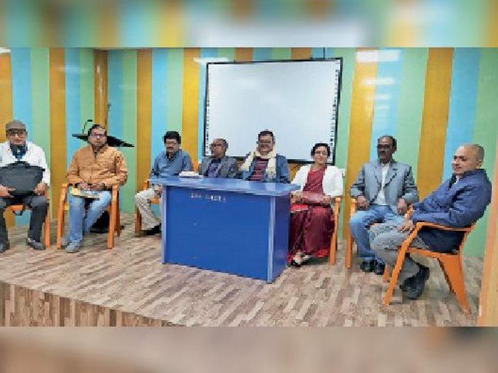 महाविद्यालय में आयोजित बैठक में मौजूद प्राचार्य सहित अन्य। - Dainik Bhaskar