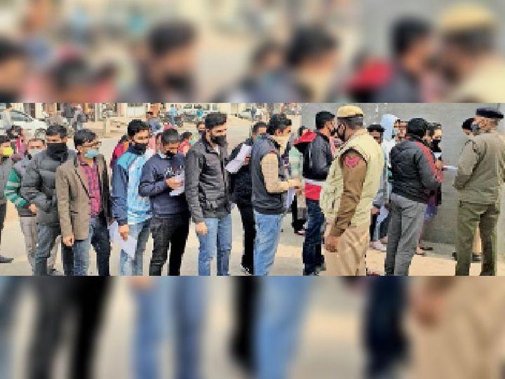 राजकीय कन्या वरिष्ठ माध्यमिक स्कूल में बने सेंटर पर प्रवेश को लेकर लाइन में लगे परीक्षार्थी। - Dainik Bhaskar