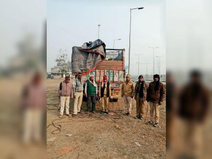 ट्रक में जब्त विदेशी शराब के साथ पुलिस। - Dainik Bhaskar