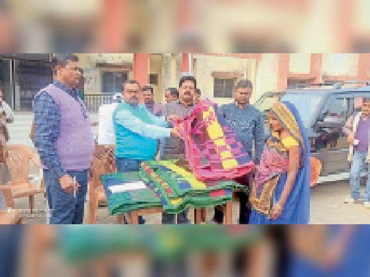 प्रखंड कार्यालय परिसर में कंबल बांटते प्रखंड प्रमुख, आरडीओ व सीओ। - Dainik Bhaskar