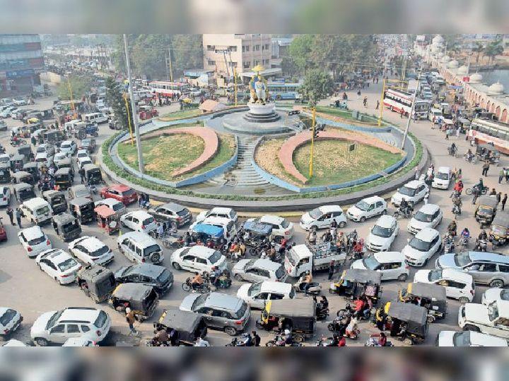 अम्बाला सिटी | किसानाें द्वारा निकाली गई ट्रैक्टर रैलीके चलते अग्रसेन चाैक पर लगा जाम। - Dainik Bhaskar