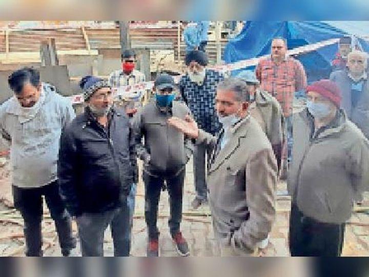 कैंट के क्रॉस रोड नंबर-2 पर सीवरेज लाइन विवाद को लेकर मौके पर पहुंचे जलापूर्ति विभाग के अधिकारी। - Dainik Bhaskar