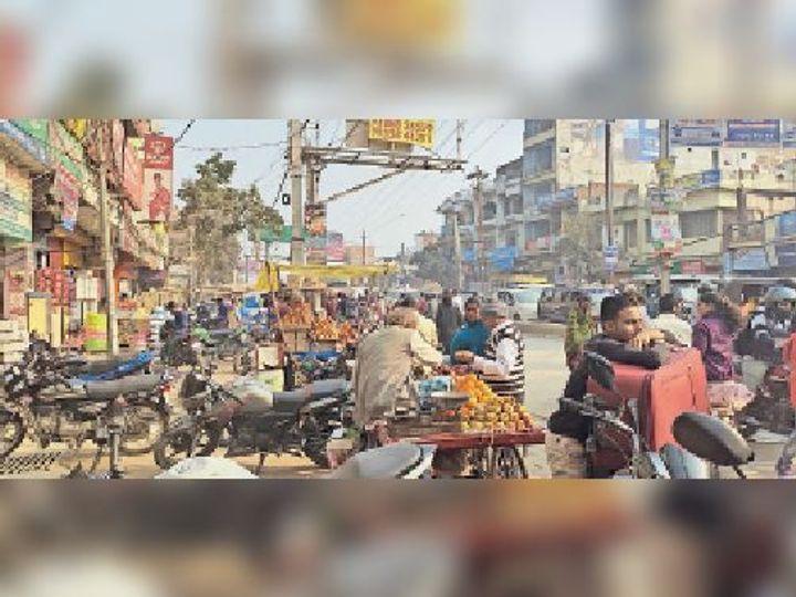 बबुनिया मोड़ पर लगे वाहन। - Dainik Bhaskar
