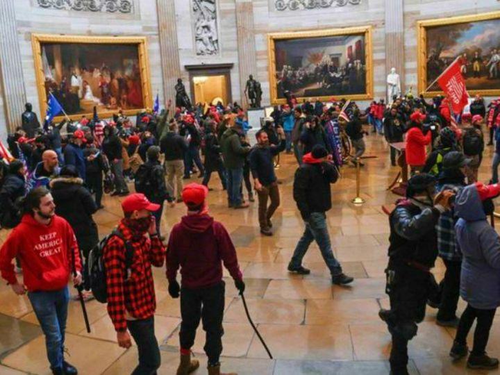 अमेरिकी संसद में गुरुवार को ट्रम्प समर्थक दंगाइयों ने काफी हिंसा की थी। संसद के अंदर और बाहर एक महिला और एक पुलिस अफसर समेत पांच लोगों की मौत हो गई थी। (फाइल) - Dainik Bhaskar