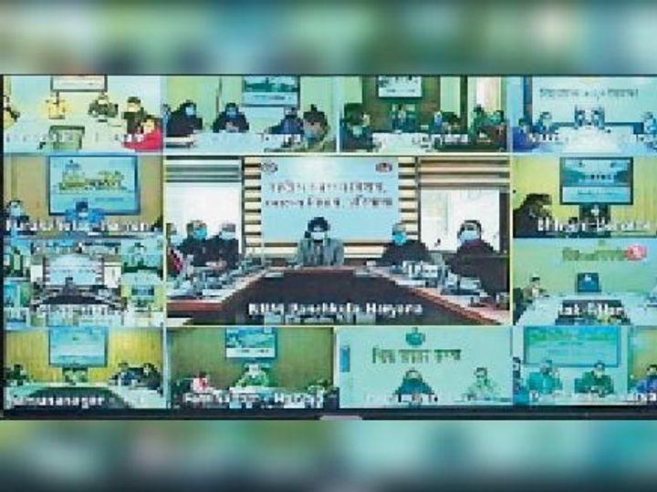 वीडियो कॉन्फ्रेंस में सभी सीएमओ को निर्देश देते एनएचएम एमडी। - Dainik Bhaskar
