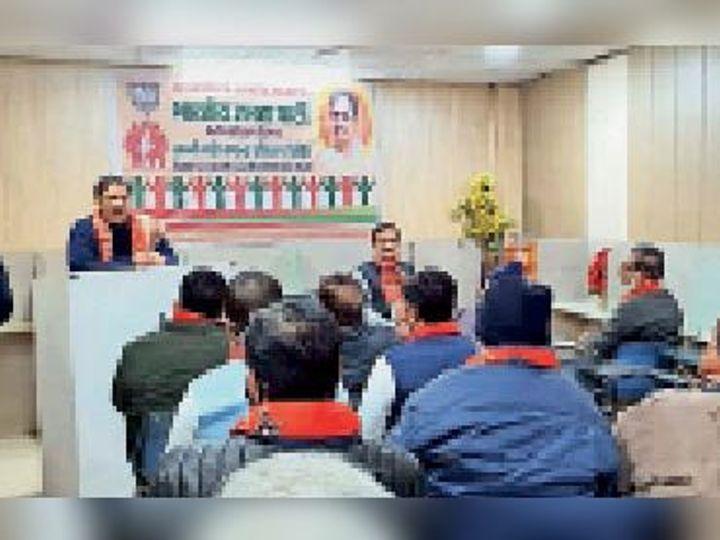 भाजपा प्रशिक्षण शिविर काे संबाेधित करते हुए विधायक डाॅ कमल गुप्ता। कार्यक्रम में मौजूद अन्य लोग। - Dainik Bhaskar