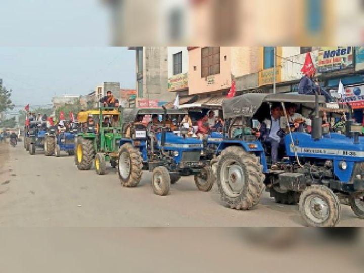 जींद. शहर के सफीदों रोड से जाती ट्रैक्टर रैली, यहां पर दूसरे वाहनों का पुलिस को आवागमन बंद कराना पड़ा। - Dainik Bhaskar