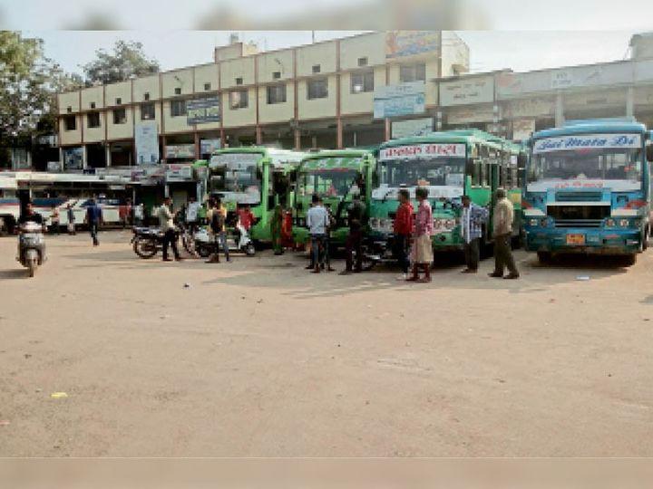 आलीराजपुर. दोपहर में सीएमओ के समस्या का निराकरण करने के बाद बस स्टैंड से फिर से बसों का संचालन शुरू हो गया। - Dainik Bhaskar
