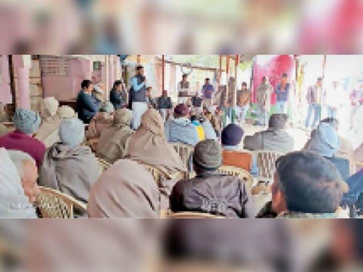 महेंद्रगढ़. बार एसाेसिएशन के 12 जनवरी के प्रस्तावित जाम के िलए ग्रामीणांे काे िनमंत्रण देते हुए कुलदीप यादव। - Dainik Bhaskar