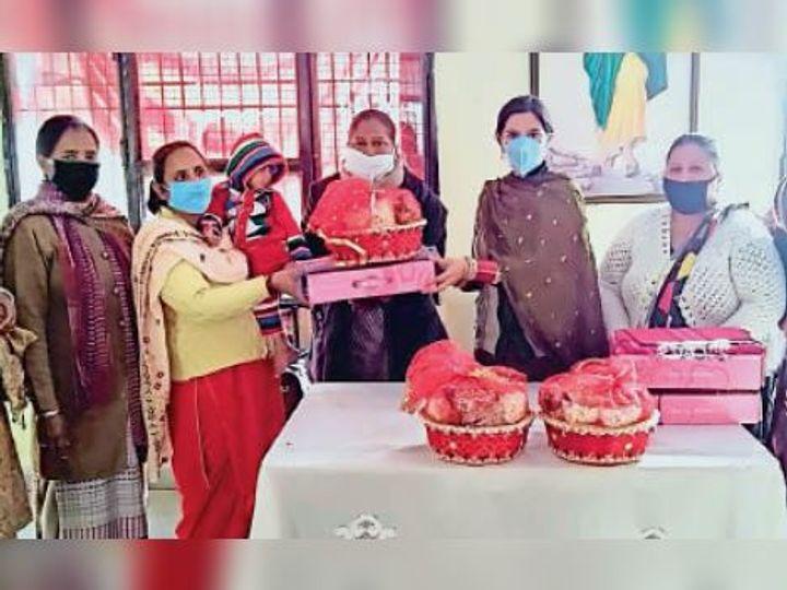 सीडीपीओ हरमीत कौर नवजात बच्चियों को सम्मानित करते हुए। - Dainik Bhaskar