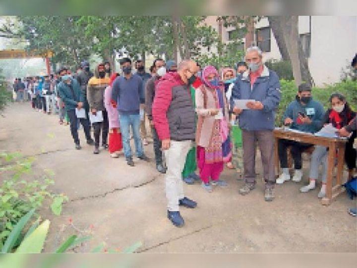 नारनाैल में परीक्षा केन्द्र पर परीक्षार्थियाें की जांच करते हुए सुपरीडेंटेंट । - Dainik Bhaskar