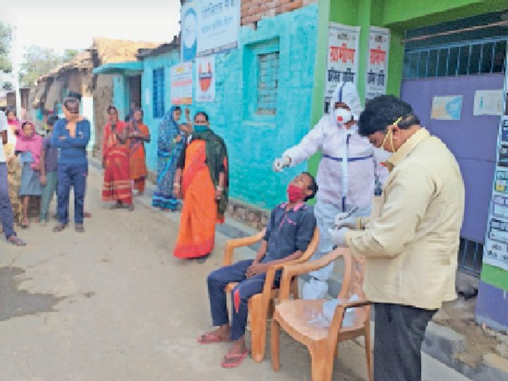 चौरगांव में आरटीपीसीआर जांच के लिए सैंपल कलेक्ट करते स्वास्थ्यकर्मी। - Dainik Bhaskar
