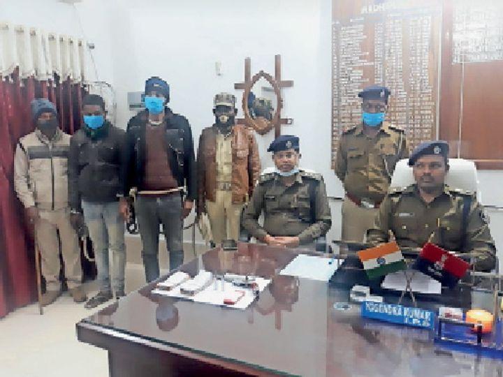 गिरफ्तार अपराधियों के बारे में जानकारी देते पुलिस अधीक्षक। - Dainik Bhaskar