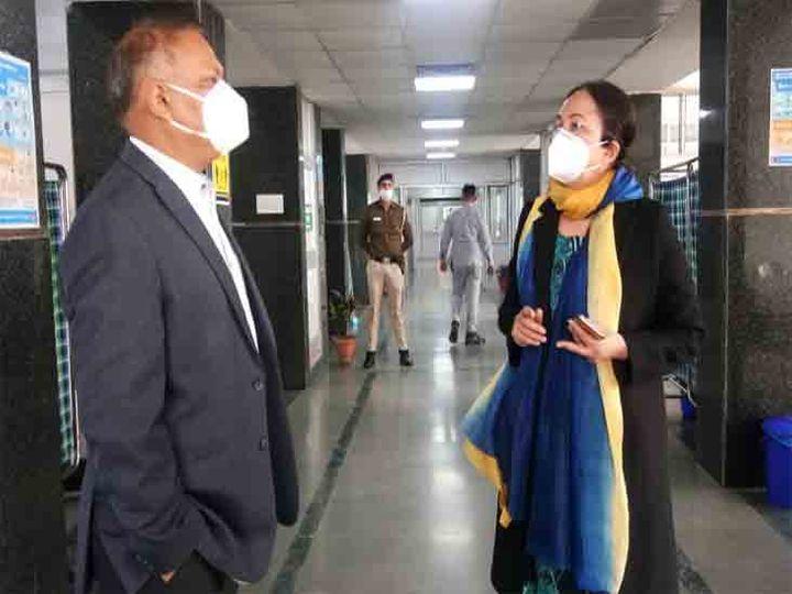 शहर के सेक्टर-16 अस्पताल में डॉ. कंग ने अधिकारियों को बताया कि 9 वैक्सीनेशन सेंटर बनाए जाऐंगे। - Dainik Bhaskar