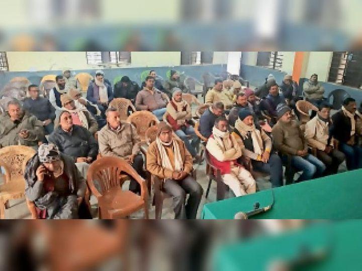 बैठक में शामिल संगठन के पदाधिकारी। - Dainik Bhaskar