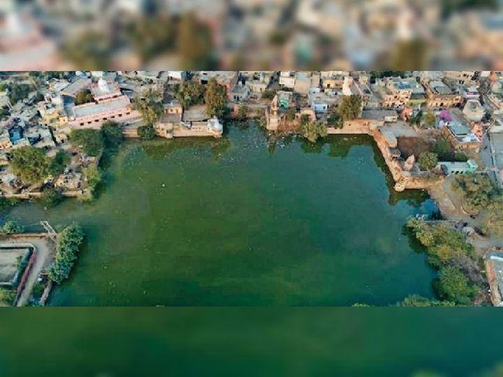 दादरी। शहर के बीचो बीच ऐतिहासिक स्यामसर तालाब। - Dainik Bhaskar