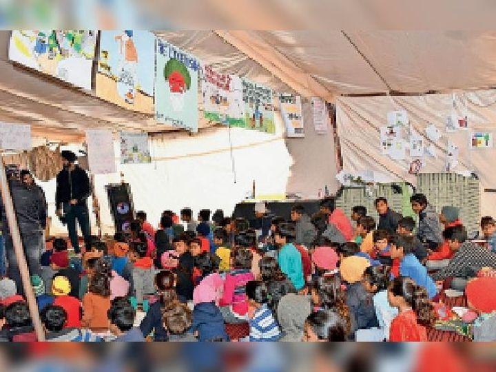 कुंडली बॉर्डर पर आंदोलन के दौरान बच्चों को पढ़ाते युवा। इनसेट में एक बच्चा अंग्रेजी में कविता सुनाते हुए। - Dainik Bhaskar